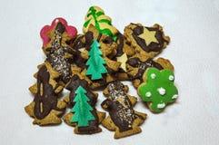 Biscotti di Natale del primo piano su un fondo bianco Immagini Stock
