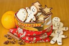 Biscotti di natale dello zenzero nel sacchetto e nelle spezie rossi Fotografia Stock Libera da Diritti
