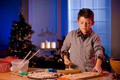 Biscotti di Natale di cottura del ragazzo Immagine Stock