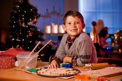 Biscotti di Natale di cottura del ragazzo Immagini Stock Libere da Diritti