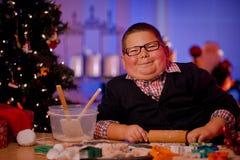 Biscotti di Natale di cottura del ragazzo Fotografia Stock Libera da Diritti