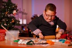 Biscotti di Natale di cottura del ragazzo Immagini Stock