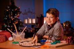 Biscotti di Natale di cottura del ragazzo Fotografie Stock