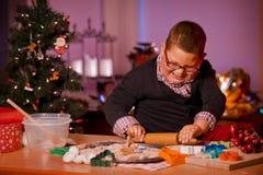 Biscotti di Natale di cottura del ragazzo Fotografie Stock Libere da Diritti