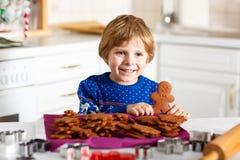 Biscotti di Natale di cottura del ragazzo a casa Fotografie Stock Libere da Diritti