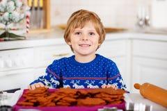 Biscotti di Natale di cottura del ragazzo del bambino a casa Fotografie Stock