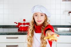 Biscotti di Natale di cottura della ragazza in cucina a casa Fotografia Stock Libera da Diritti