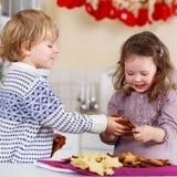 Biscotti di Natale di cottura della ragazza e del ragazzo a casa Fotografia Stock Libera da Diritti
