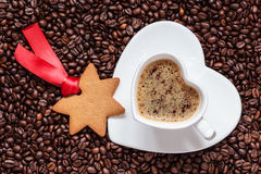 Biscotti di natale e chicchi di caffè a forma di stella Immagini Stock Libere da Diritti
