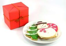 Biscotti di Natale e contenitore di regalo rosso Fotografie Stock