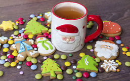 Biscotti di natale e tazza di tè Fotografie Stock