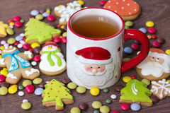 Biscotti di natale e tazza di tè Fotografia Stock