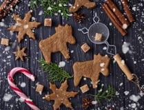 Biscotti di Natale nella forma dei cervi e del fiocco di neve Immagini Stock Libere da Diritti