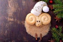 Biscotti di Natale sotto forma di agnello immagini stock