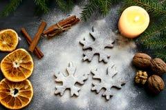 Biscotti di Natale sotto forma di fiocchi, decorati con l'arancia e le spezie secche Alimento Fondo Fotografia Stock Libera da Diritti