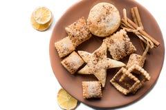 Biscotti di Natale, spezie di Natale e fette arancio secche isolate su fondo bianco Fotografia Stock