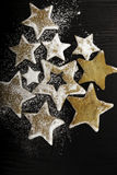 Biscotti di Natale spruzzati da zucchero Fotografia Stock