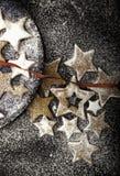 Biscotti di Natale spruzzati da zucchero bianco con il nastro rosso Fotografie Stock
