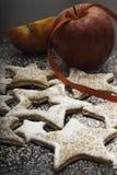 Biscotti di Natale spruzzati da zucchero con le mele rosse Immagine Stock Libera da Diritti