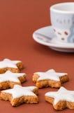 Biscotti di natale su una priorità bassa marrone Immagini Stock Libere da Diritti