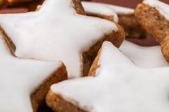 Biscotti di natale su una priorità bassa marrone Immagine Stock Libera da Diritti