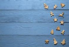 Biscotti di Natale sui bordi blu Immagini Stock Libere da Diritti
