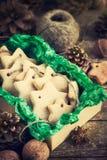 Biscotti di Natale sul contenitore di regalo Fotografia Stock