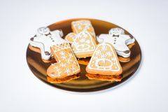 Biscotti di Natale sul piatto di oro Fotografie Stock Libere da Diritti