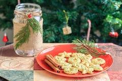 Biscotti di Natale sul piatto rosso con l'albero di Natale Immagine Stock Libera da Diritti