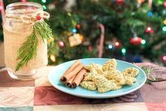Biscotti di Natale sul piatto rosso con l'albero di Natale Immagini Stock Libere da Diritti