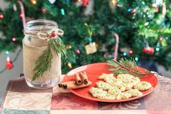 Biscotti di Natale sul piatto rosso con l'albero di Natale Immagini Stock