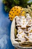 Biscotti di Natale in un canestro immagine stock