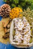 Biscotti di Natale in un canestro fotografie stock