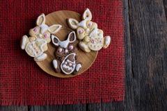 Biscotti di Pasqua sulla tavola Fotografie Stock