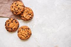 Biscotti di pepita di cioccolato casalinghi su un fondo di pietra bianco top immagine stock