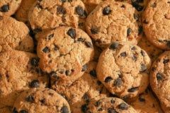 Biscotti di pepita di cioccolato saporiti, vista superiore fotografia stock libera da diritti