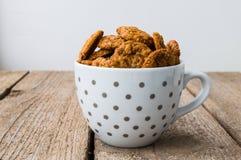 Biscotti di pepita di cioccolato sparati sulla tazza di caffè Immagini Stock