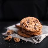 Biscotti di pepita di cioccolato su buio con il posto per testo, di recente bak Fotografia Stock Libera da Diritti