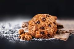 Biscotti di pepita di cioccolato su fondo scuro con il posto per testo Immagine Stock Libera da Diritti