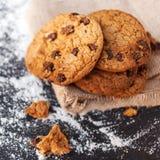 Biscotti di pepita di cioccolato su fondo scuro con il posto per testo Fotografie Stock