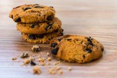 Biscotti di pepita di cioccolato sulla tavola fotografie stock libere da diritti