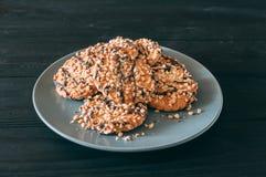Biscotti di pepita di cioccolato sulla vecchia tavola di legno scura con il posto per testo , di recente al forno Fuoco selettivo fotografia stock