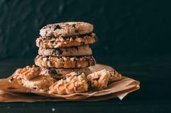 Biscotti di pepita di cioccolato sulla vecchia tavola di legno scura con il posto per testo , di recente al forno Fuoco selettivo fotografia stock libera da diritti