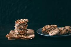 Biscotti di pepita di cioccolato sulla vecchia tavola di legno scura con il posto per testo , di recente al forno Fuoco selettivo immagini stock