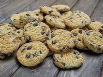 Biscotti di pepita di cioccolato casalinghi sul fondo di legno di marrone scuro Fotografie Stock