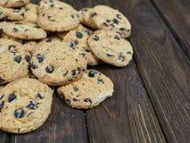 Biscotti di pepita di cioccolato casalinghi sul fondo di legno di marrone scuro Fotografia Stock