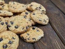 Biscotti di pepita di cioccolato casalinghi sul fondo di legno di marrone scuro Immagine Stock Libera da Diritti