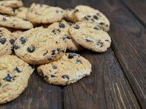 Biscotti di pepita di cioccolato casalinghi sul fondo di legno di marrone scuro Immagini Stock Libere da Diritti