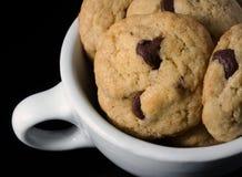 Biscotti di pepita di cioccolato casalinghi in una tazza di caffè Fotografia Stock
