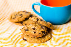 Biscotti di pepita di cioccolato con una bevanda Fotografia Stock Libera da Diritti